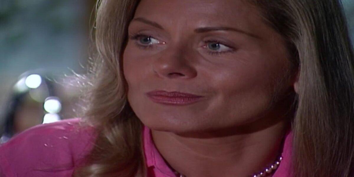 Helena em cena de Laços de Família usando camisa rosa