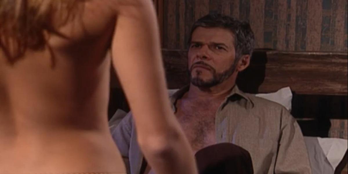 Íris faz striptease para Pedro (Foto: Reprodução)