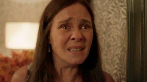 Face de Thelma em cena de Amor de Mãe, mulher branca com expressão de choro e de cabelos longos e lisos