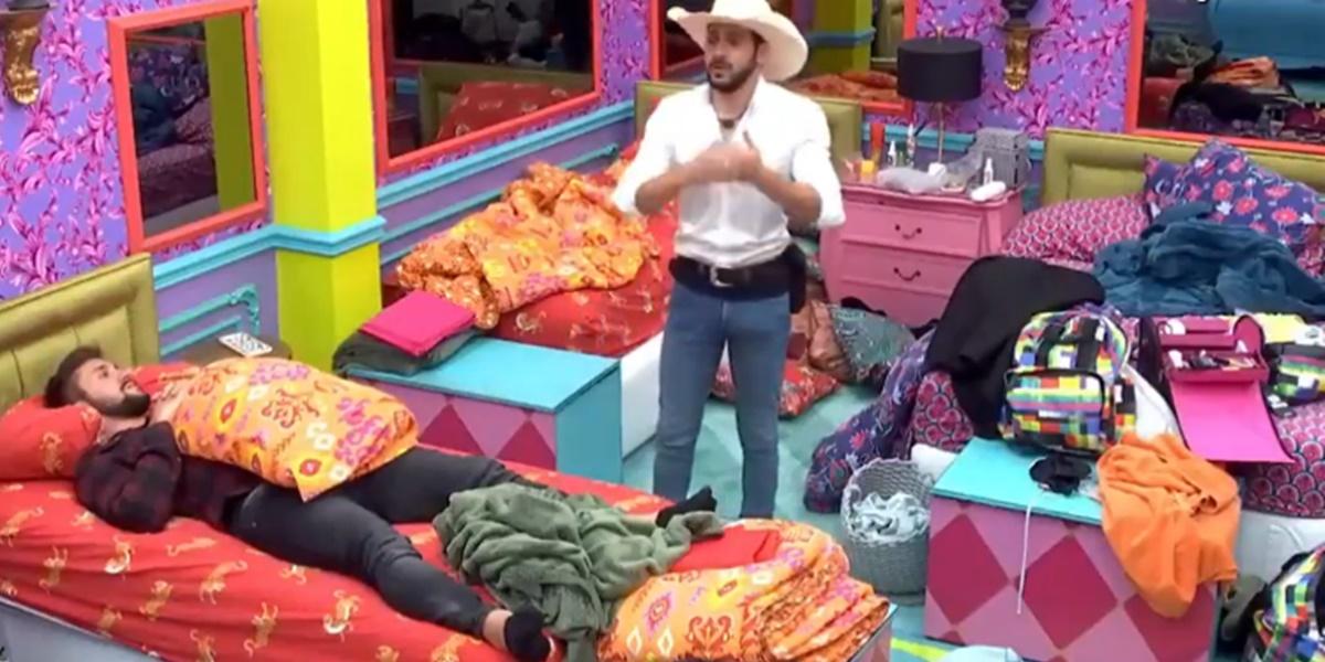 Caio mostrou ter ficado pistola com Gilberto (Foto: Reprodução)
