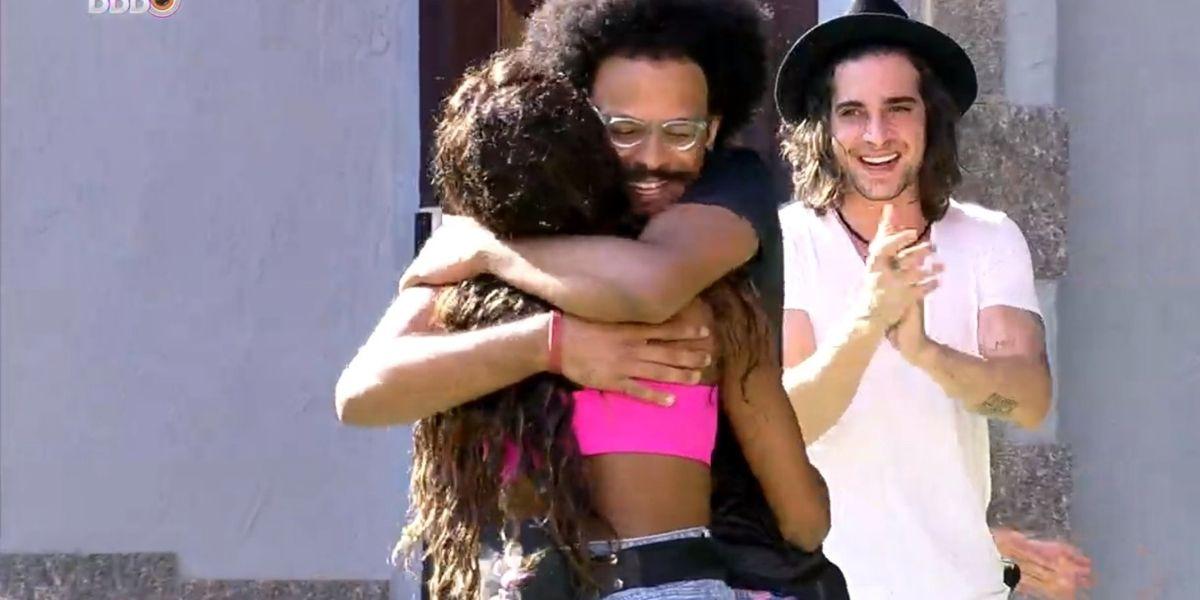 João Luiz e Camilla de Lucas comemorando o anjo no BBB21 (Foto: Reprodução)