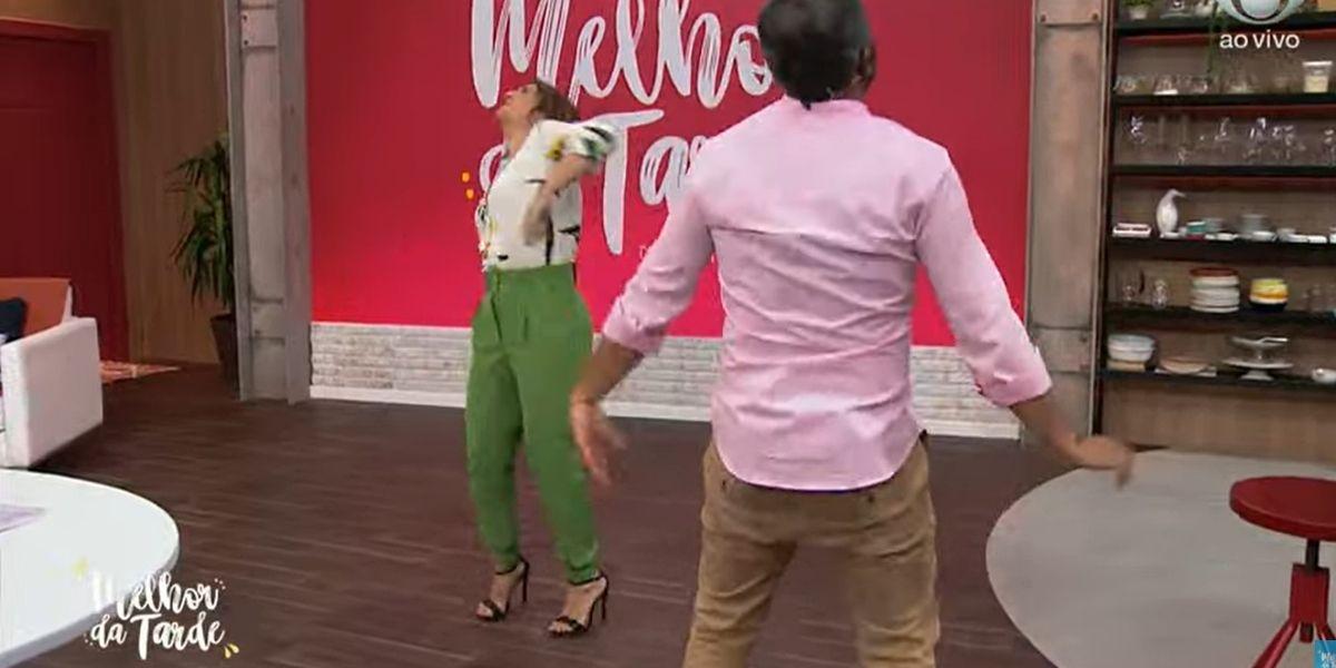 Catia Fonseca dançando se contorcendo ao lado de Alex Sampaio no Melhor da Tarde (Foto: Reprodução)