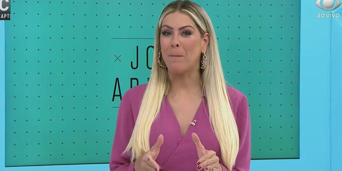 """Renata Fan anda em direção às câmeras e abre Jogo Aberto às pressas confirmando encerramento: """"Tenso"""""""