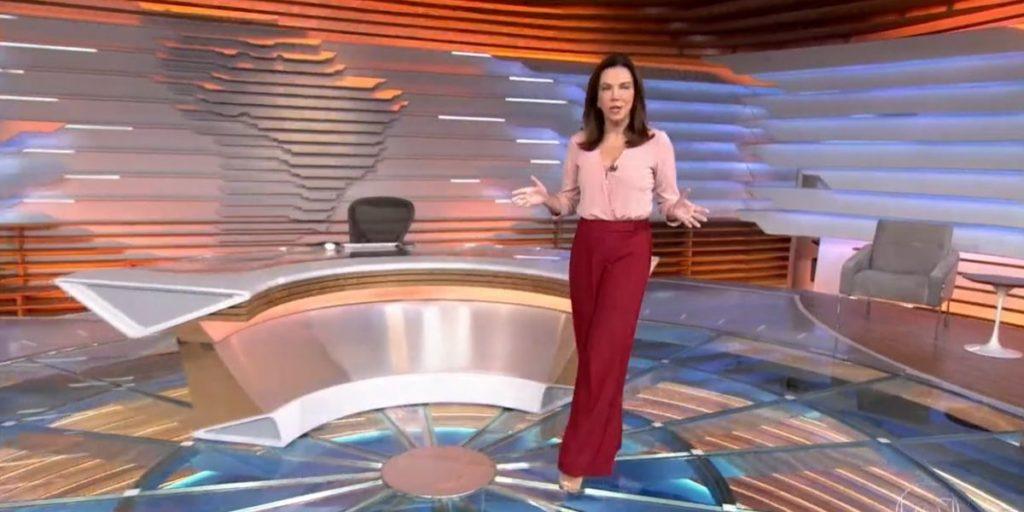 Ana Paula Araújo andando às câmeras para abrir o Bom Dia Brasil (Reprodução: Globo)