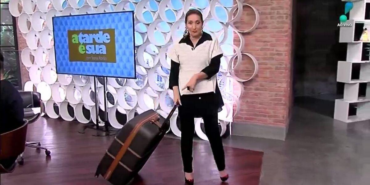 """Sonia Abrão pega mala, levanta com tudo da bancada e arrasta por estúdio com discurso: """"Onde ela vai"""""""