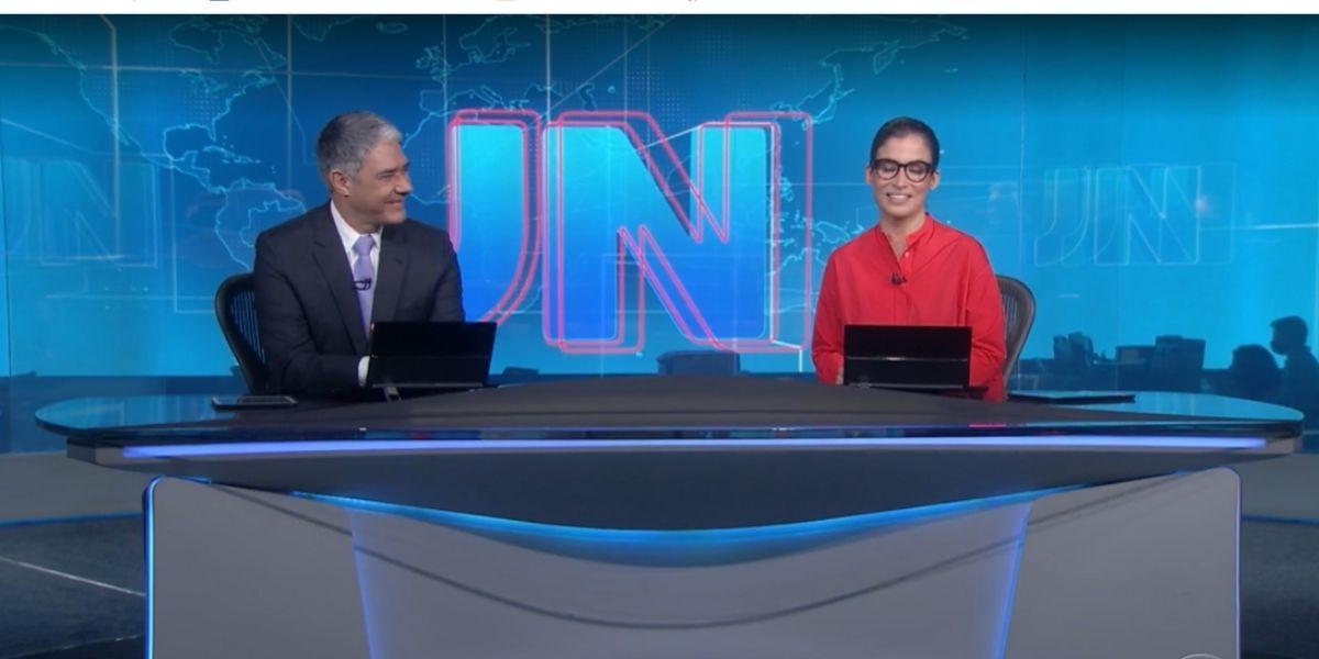 William Bonner e Renata Vasconcellos se olham no fim do Jornal Nacional (Foto: Reprodução)