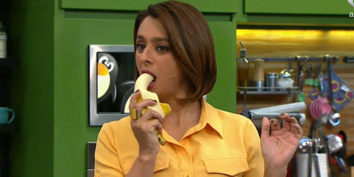 Catia Fonseca comendo banana ao vivo (Foto: Reprodução)