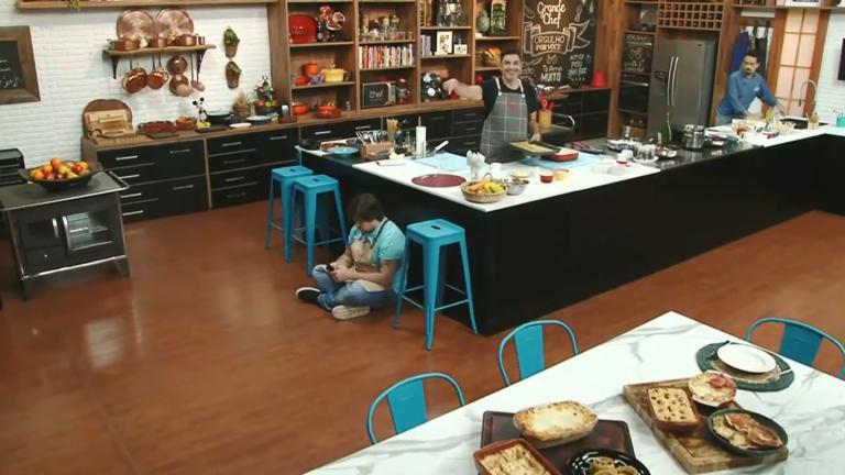 Lucas Salles flagrado sentado no The Chef (Foto: Reprodução)