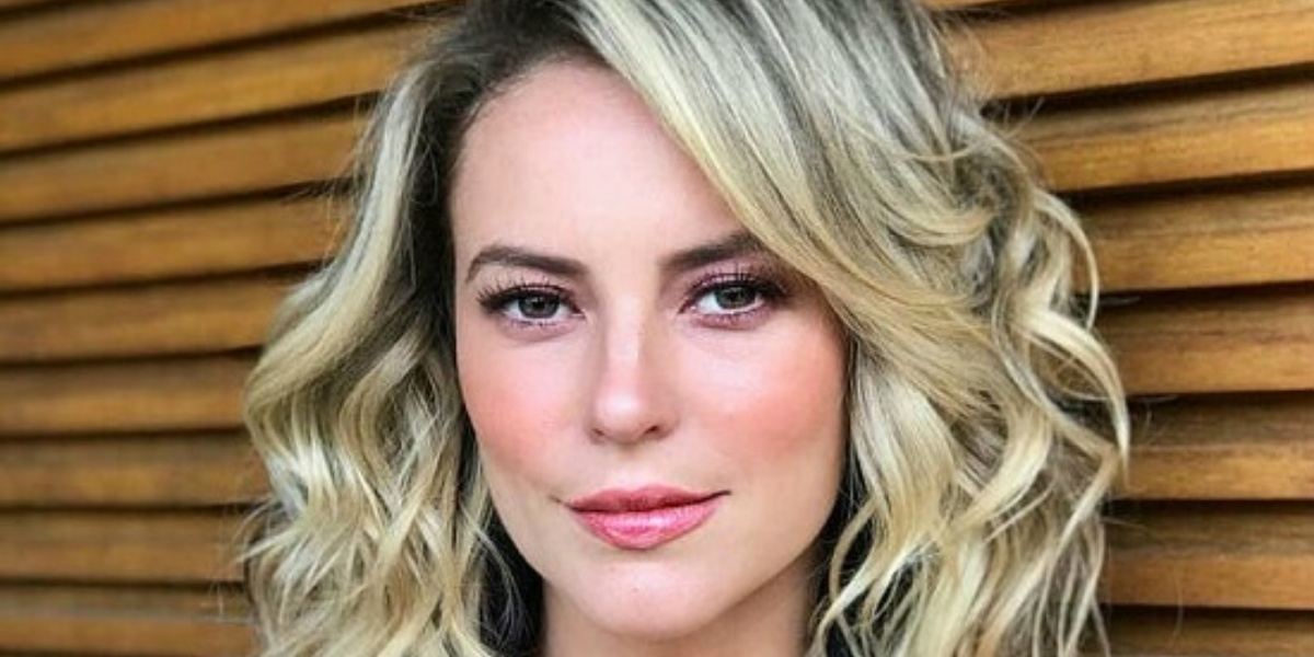 Paolla Oliveira surgiu em clique sem maquiagem e esbanjou beleza (Foto: Reprodução)