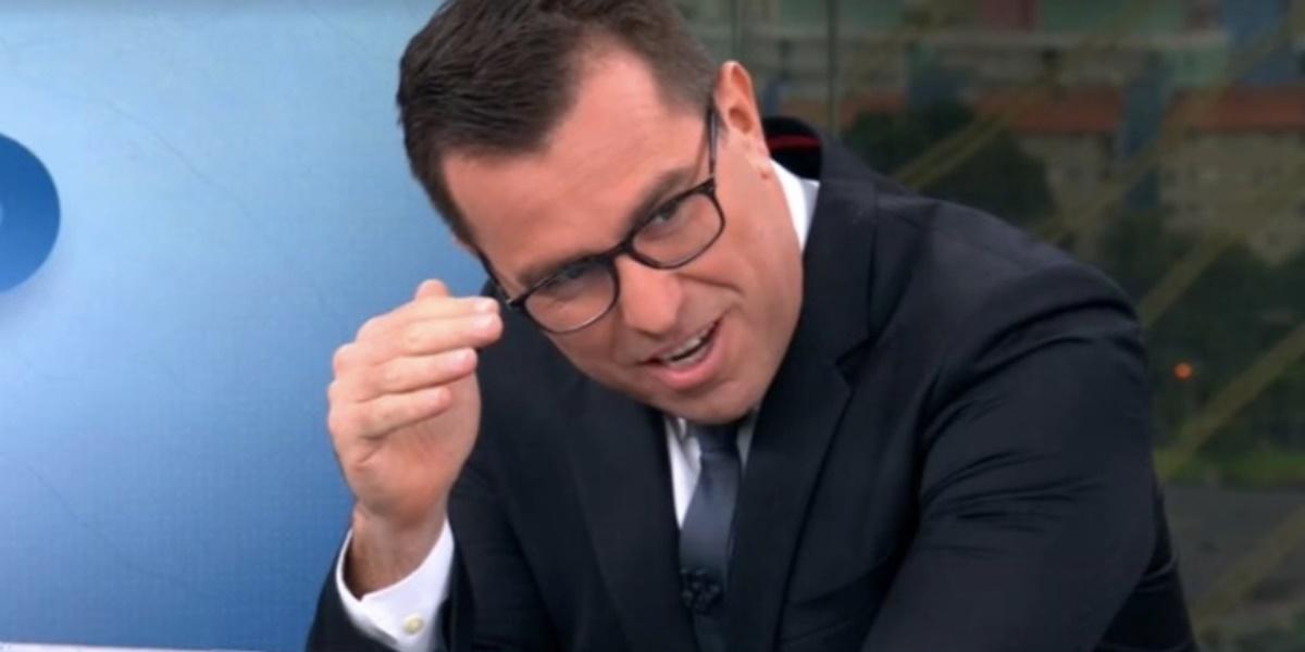 Rodrigo Bocardi foi pego de surpresa com repórter fazendo divulgação de Gênesis durante telejornal ao vivo (Foto: Reprodução)