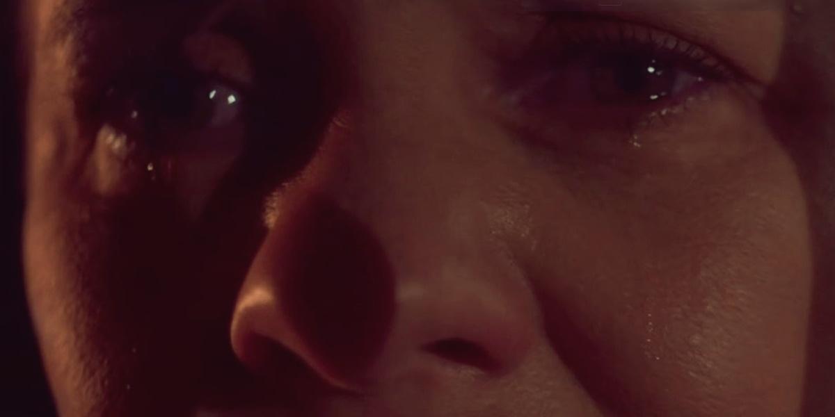 Os olhos e a lágrima de uma mulher branca que está no escuro em cena da novela Amor de Mãe