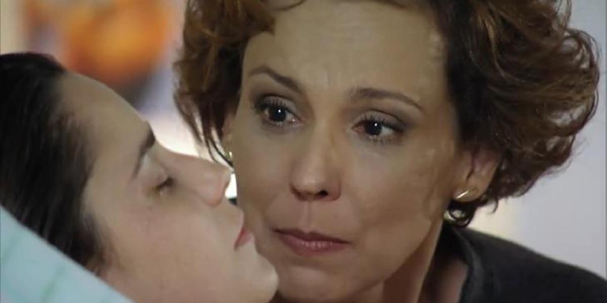 Ana, ainda em coma, chora ao ouvir canção em A Vida da Gente (Foto: Reprodução/ TV Globo)