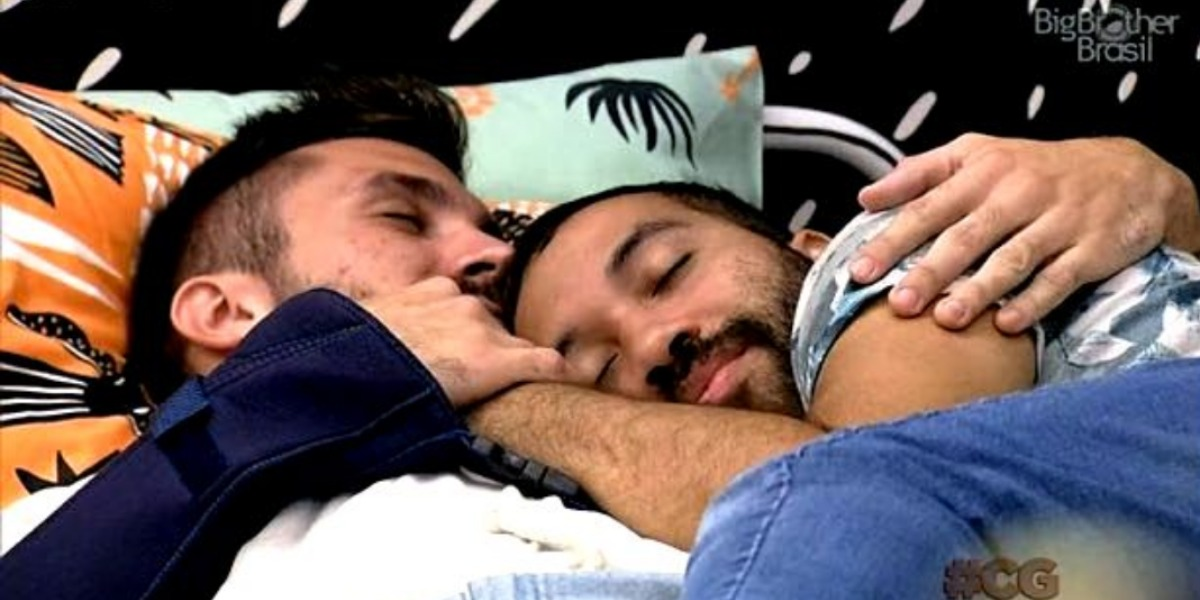 Arthur e Gil tem momento quente no BBB21 (Foto: Reprodução)