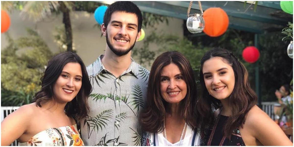 Bia Bonemer ao lado dos irmãos e da mãe, Fátima Bernardes (Foto: Reprodução)
