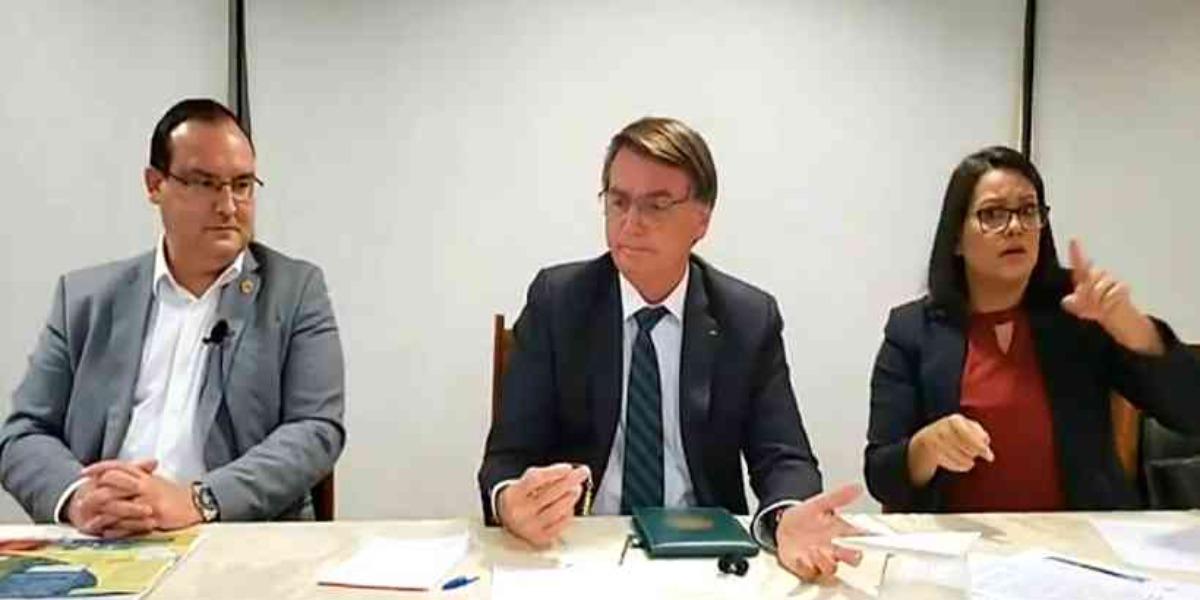 Jair Bolsonaro ao lado de Marcelo Xavier, presidente da Funai, e da intérprete de libras (Foto: Reprodução)