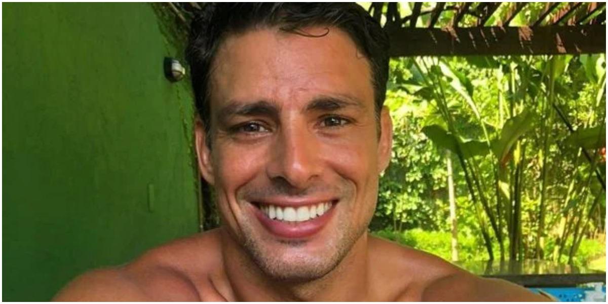 Cauã Reymond surgiu usando sunga minúscula e apertada (Foto: Reprodução/ Instagram)