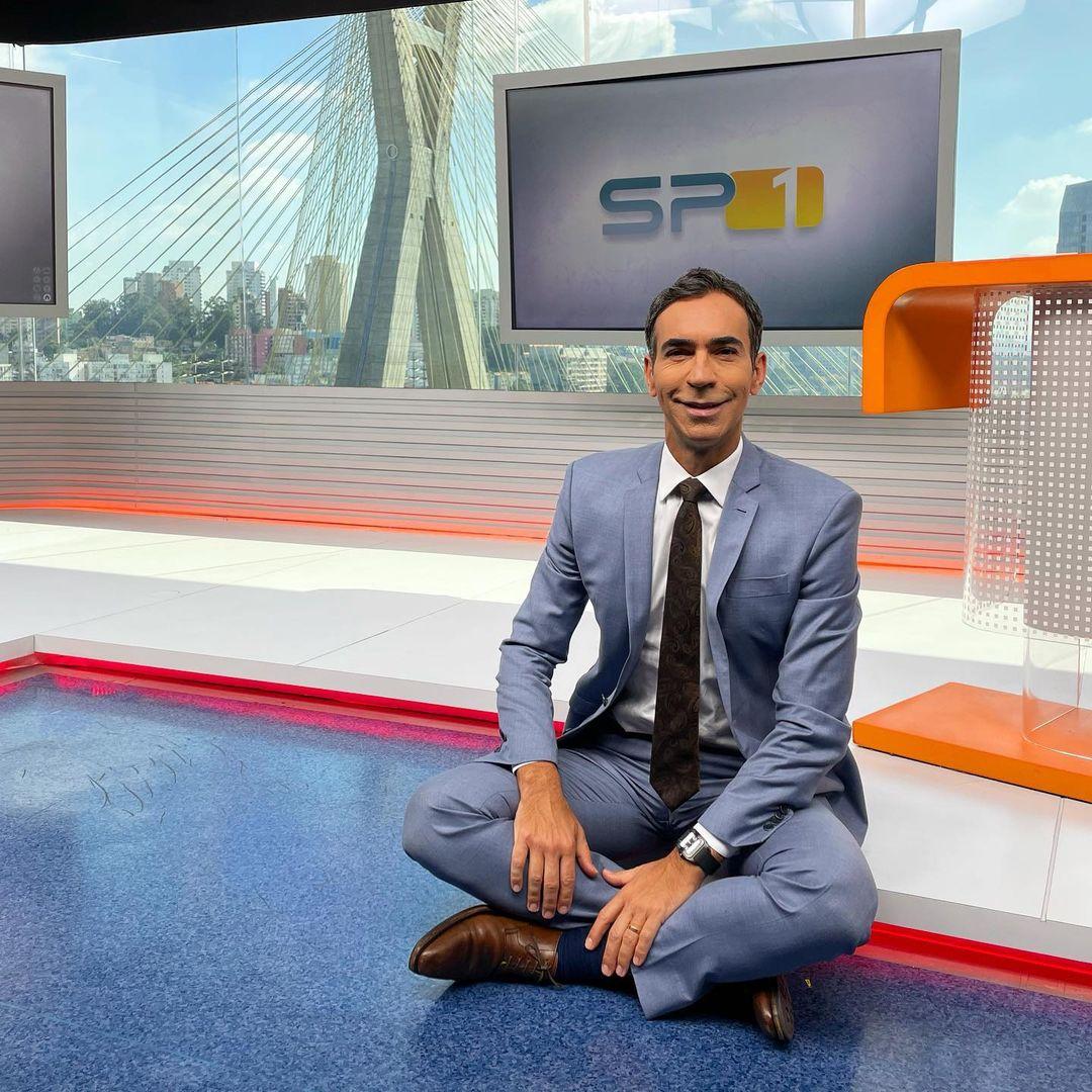 César Tralli sentado em telejornal da Globo (Reprodução)