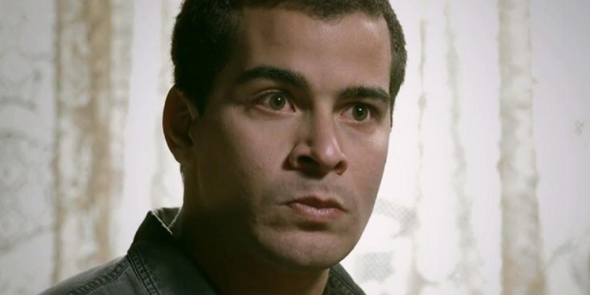 Evaldo, rapaz de cabelo curto raspado e branco em cena de Império