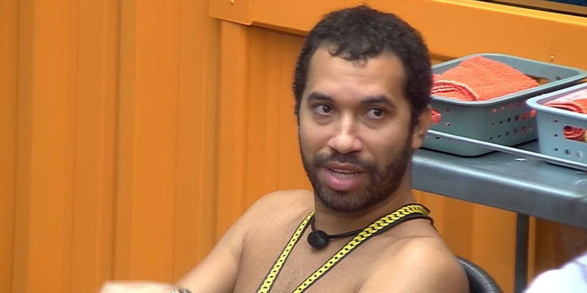 Gilberto sobe pelas paredes no BBB21 (Foto: Reprodução)
