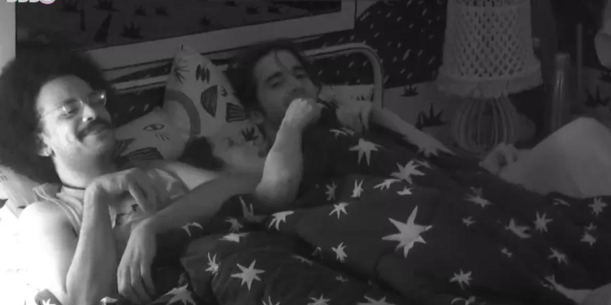 Juliette na cama com João Luiz e Fiuk (Foto: Reprodução)