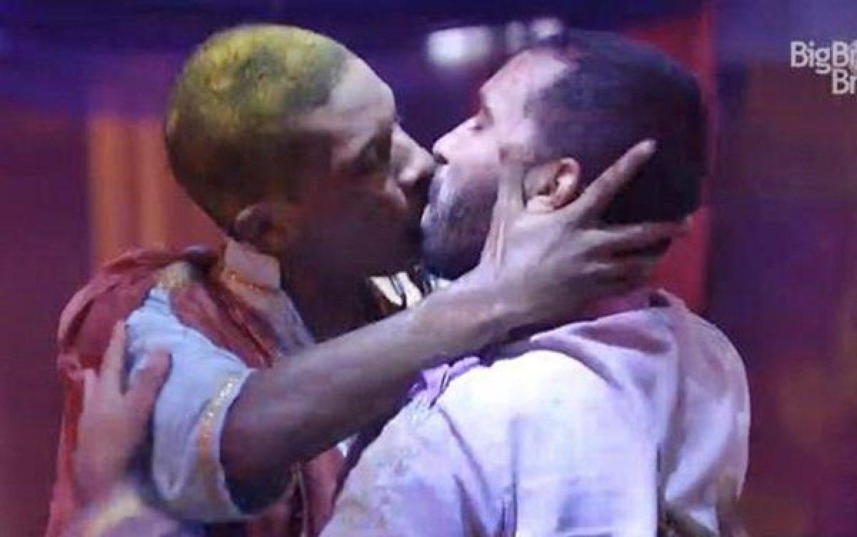 Lucas Penteado e Gilberto se beijam durante festa do BBB (Foto: Reprodução/Globo)