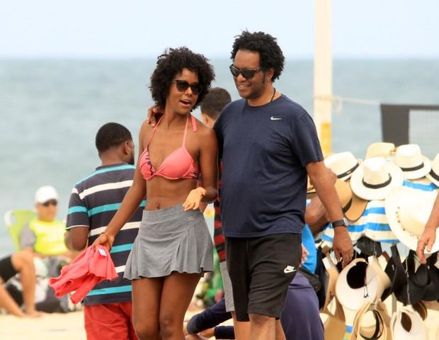 Maju Coutinho quando foi vista caminhando com o marido na praia em 2019 (Foto: Reprodução)
