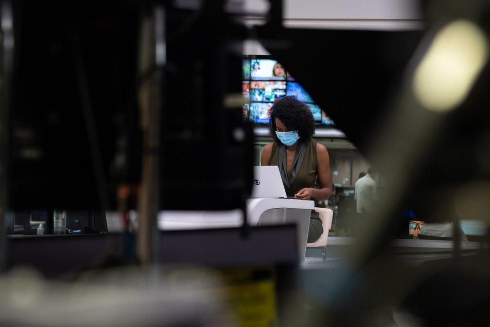 """Maju no """"JH"""", que completa 50 anos agora em abril (Foto: Maju Coutinho nos bastidores do """"Jornal Hoje"""" (Foto: Marcelo Brandt/G1)"""
