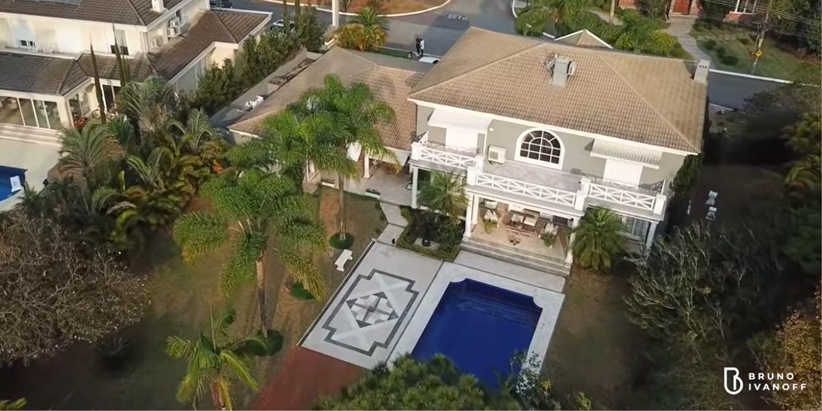 Visão aérea da enorme mansão de Fiuk (Reprodução: Youtube)