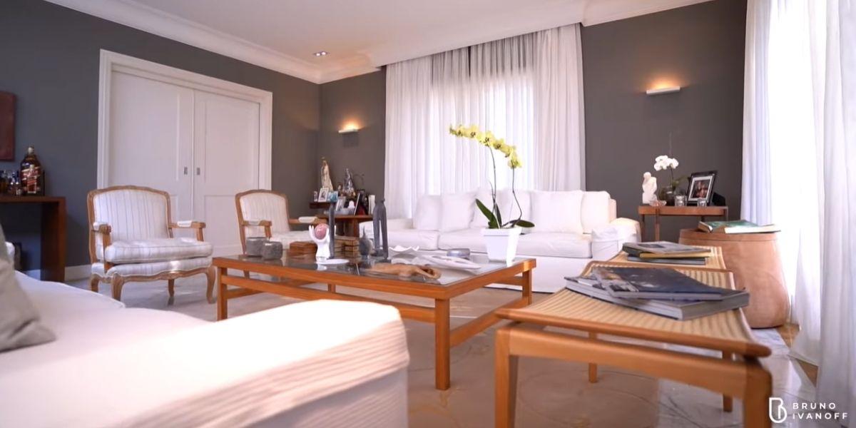 Sala de estar da mansão (Reprodução: Youtube)