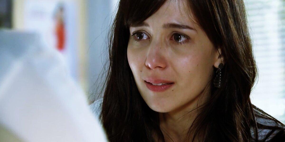 Manuela em cena da novela A Vida da Gente, ela é uma mulher branca de cabelos longos, lisos e castanhos