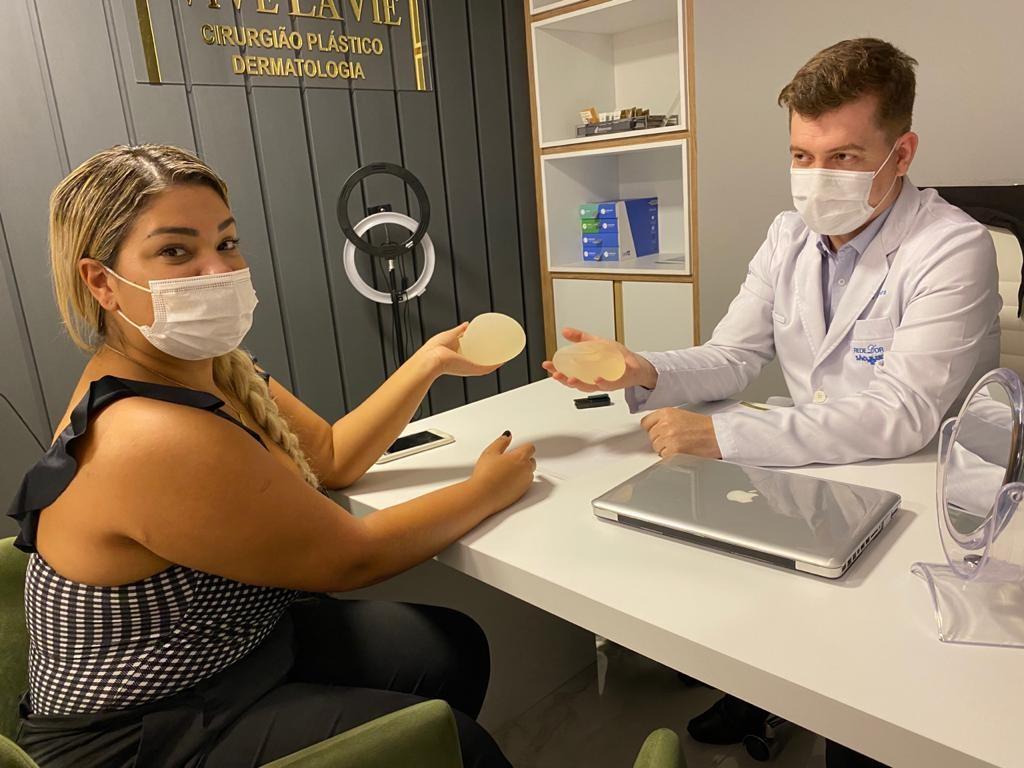 Yani de Simone, a Mulher Filé, em consultório (Foto: Reprodução)