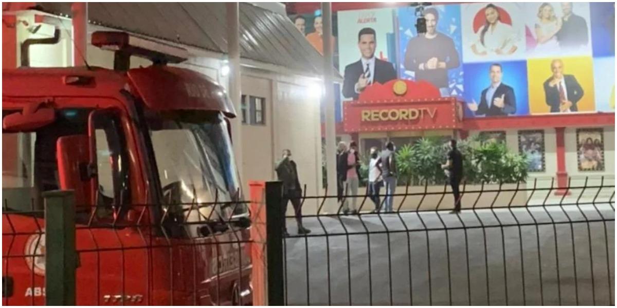 Teto da Record desaba e corpo de bombeiros é acionado para averiguar situação do local (Foto: Reprodução)