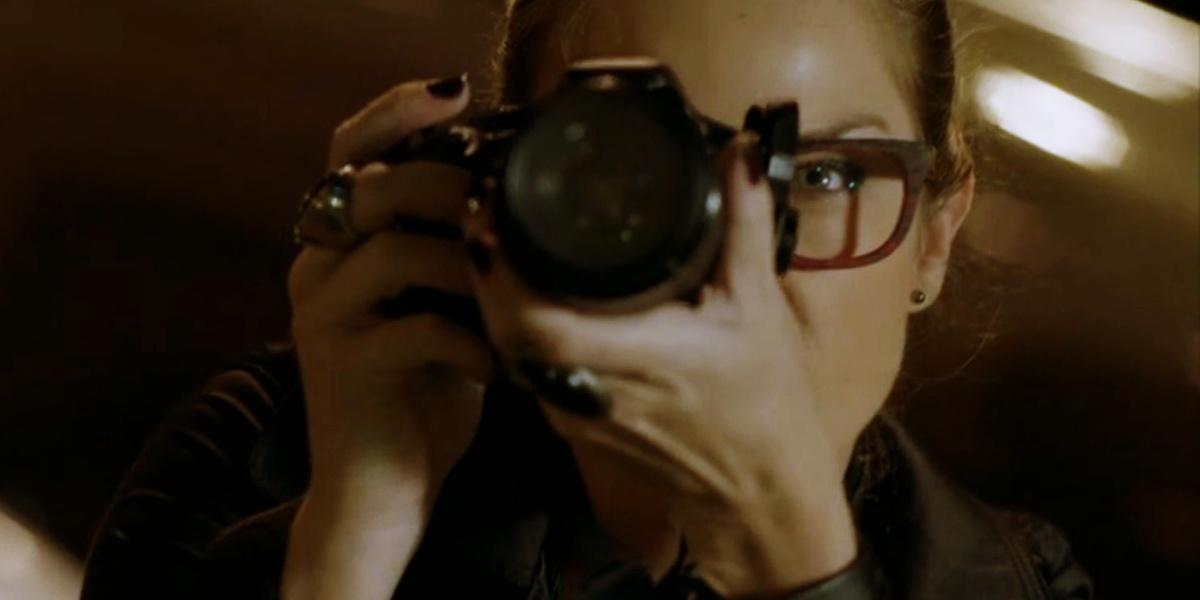 Érika em cena de Império com câmera na frente do rosto