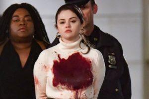Selena Gomez sendo presa (Foto: Reprodução)