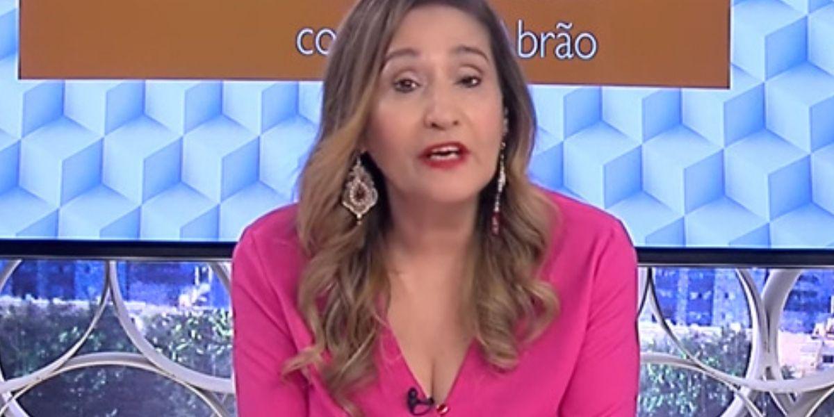 Sonia Abrão na bancada do A Tarde é Sua, que completa 15 anos (Reprodução: RedeTV)
