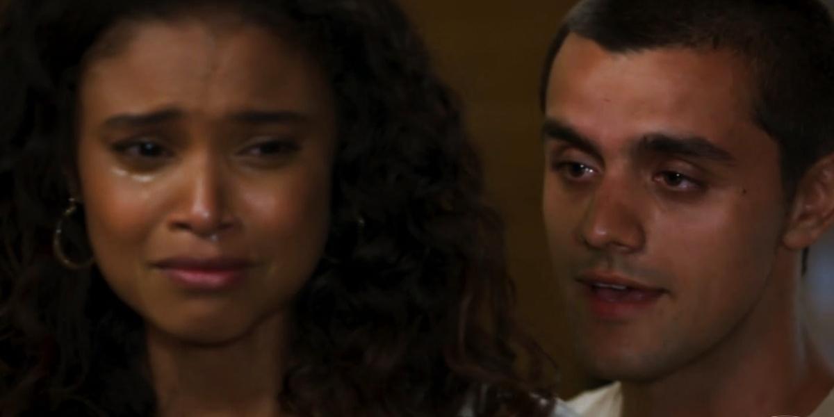 Téo (Felipe Simas) consola Úrsula (Aline Dias) após término em Salve-se Quem Puder