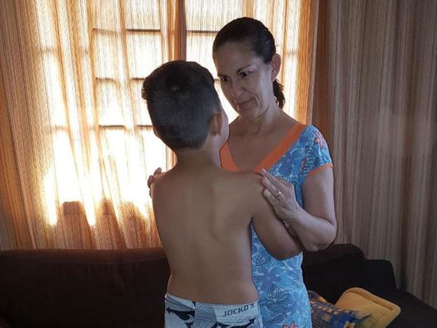 Filho de Eliza Samudio com a avó (Foto: Reprodução)