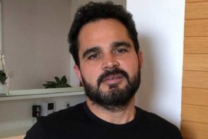 Luciano Camargo aparece se maquiando em vídeo (Foto: Reprodução/ Instagram)