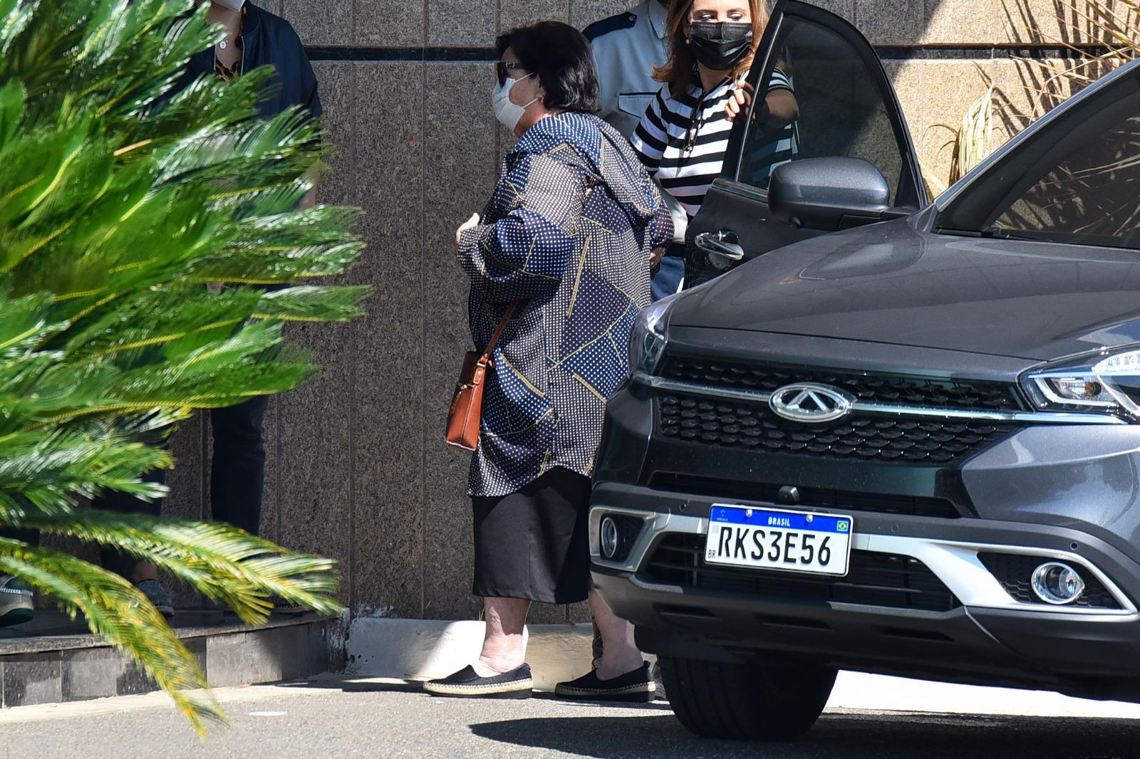 Déa Lúcia chegou na cerimônia de despedida do filho (Foto: AgNews)