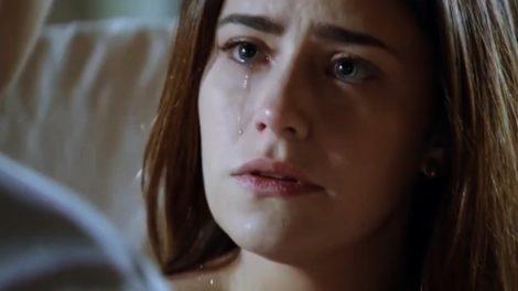 Ana, moça branca, do cabelo liso castanho e olhos azuis, chora em cena de A Vida da Gente