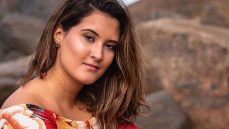 """""""Olha quem voltou"""", diz Bia Bonemer, filha de Fátima Bernardes, após detonar relação lésbica e vício"""