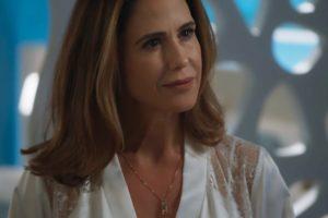 Dominique com cabelos lisos castanhos e blusa branca em cena de Salve-se Quem Puder