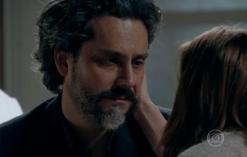 José Alfredo em cena da novela Império usando terno e camisa preta