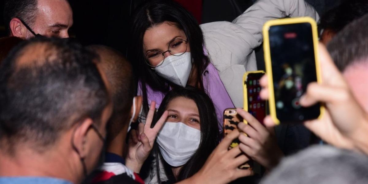 Juliette é recebida por vários fãs no aeroporto de Congonhas, São Paulo (Foto: Reprodução)