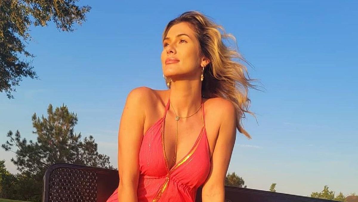 Lívia Andrade posa semi nua na praia (Foto: Reprodução/Instagram)
