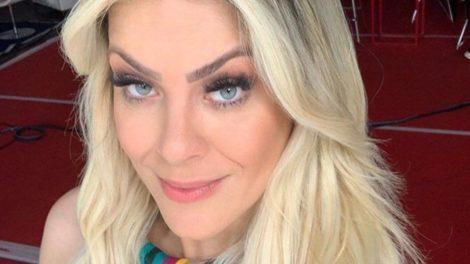"""""""Suado, cabelo daquele jeito"""", Renata Fan escandaliza ao expor momento íntimo com namorado ao vivo no Jogo Aberto"""