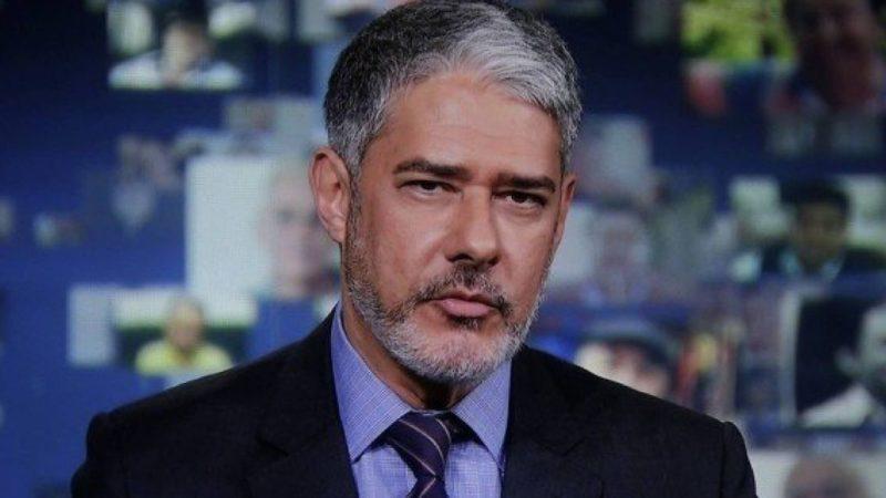 William Bonner aparece na bancada do Jornal Nacional com novo visual (Reprodução: Globo)